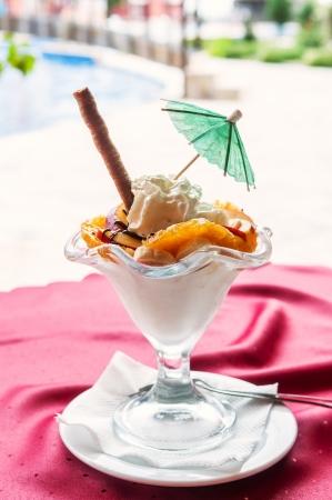 屋外レストランをにて、おいしいアイスクリーム、ドレッシング