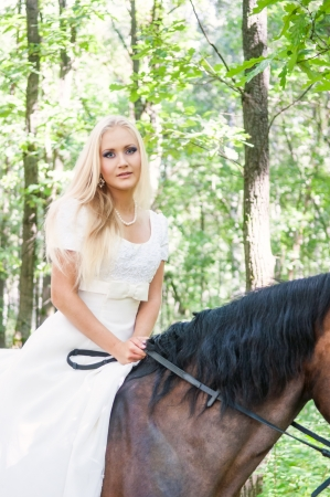 18 20: Beautiful bride on horseback in the forest