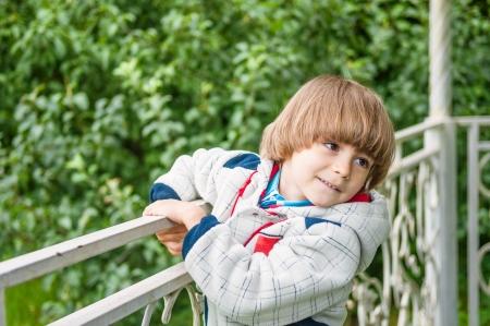 tuinhuis: Adorable jongen glimlachend in zomerhuis buiten Stockfoto