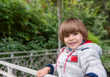 tuinhuis: Schattige jongen lachend in zomerhuis buiten
