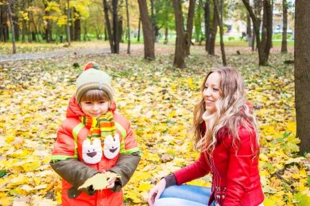 幸せな家族の笑顔を押し、紅葉、フォーカス om 母 写真素材