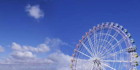 ferriswheel: Cielo blu e la ruota panoramica