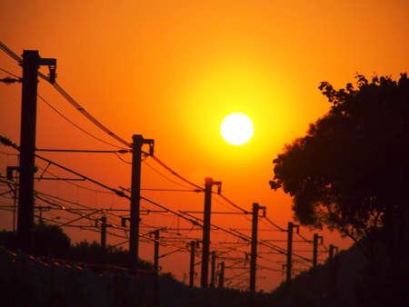 Hermosa puesta de sol y cable carriles