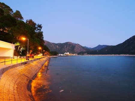 Tarde en la noche y la orilla del mar Foto de archivo