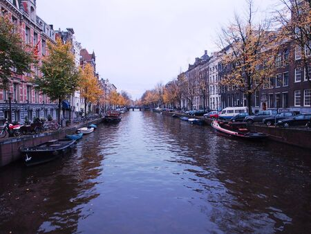 Reflexi�n hermosa del canal en Amsterdam