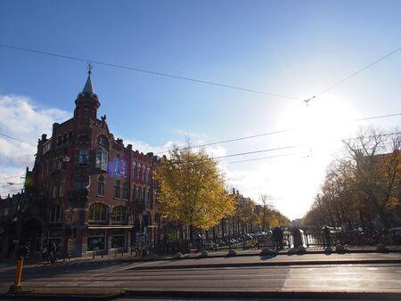 Cruce de carreteras tranquilas bajo el sol de oto�o Editorial
