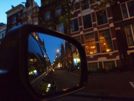 retrovisor: noche vista de la calle en el espejo retrovisor de coche