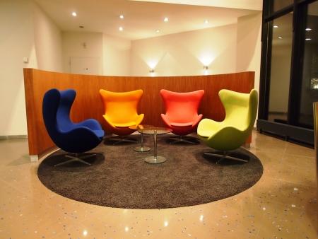 로비의 다채로운 좌석