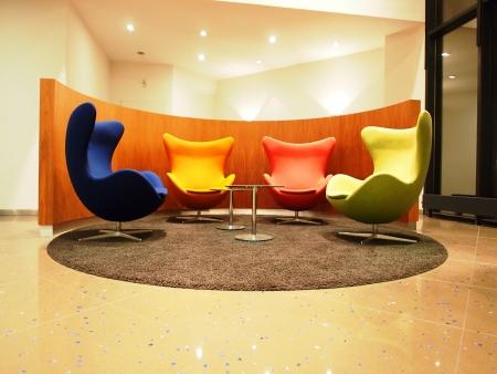 로비에서 다채로운 좌석