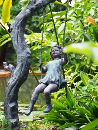 estatua de bronce de una ni�a en un columpio