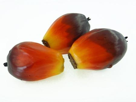 red palm oil: olio di palma di frutta su sfondo isolato