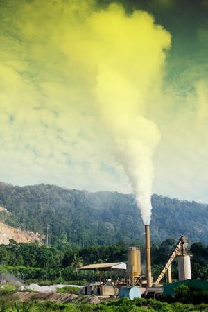 contaminacion acustica: la contaminación del aire y la fábrica de una industria Foto de archivo