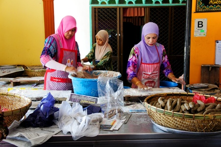 kampung: TERENGGANU, MALAYSIA-APRIL 16:Unidentified worker prepares keropok lekor traditional food in Terengganu,  in Kampung Losong Malaysia on April 16, 2012. Kampung Losong is a popular destination for local and foreign tourists Editorial
