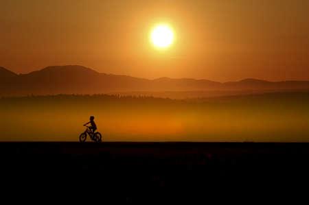 prachtige zonsondergang en jongen silhouet