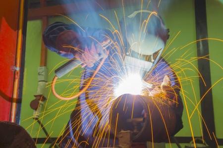 soldador: soldador en el trabajo en el lugar Foto de archivo