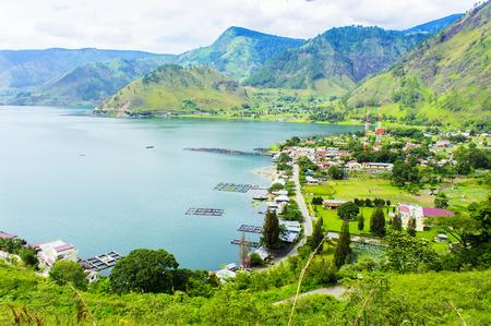 トバ湖で伝統的な漁村