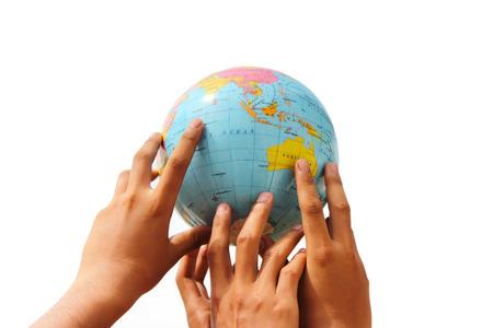 mundo manos: mano que sostiene el globo en el fondo aislado