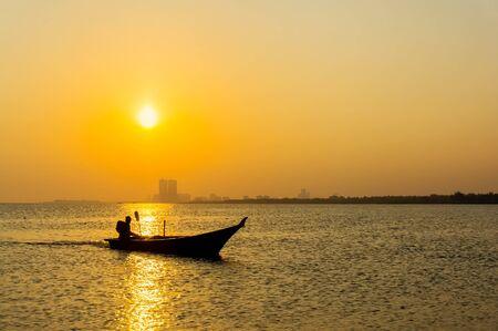 bateau de pêche: bateau de pêche silhouette magnifique coucher de soleil Banque d'images
