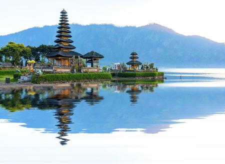 pura: Pura Ulun Danu temple panorama at sunrise on a lake Bratan, Bali, Indonesia