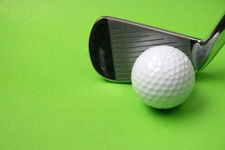 Golf club de pelota y en un fondo verde  Foto de archivo - 2797620