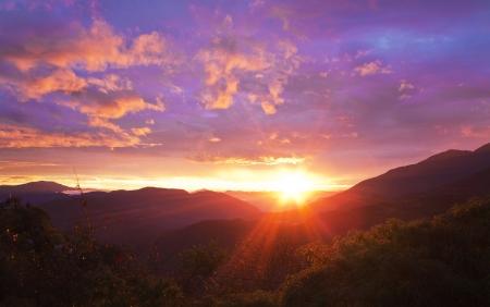wschód słońca: Piękny wschód słońca nad górami