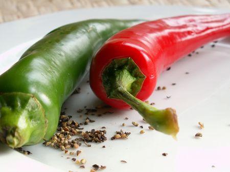 chiles picantes: caliente los pimientos en un plato  Foto de archivo