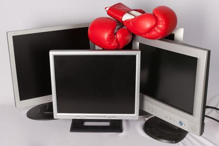 ordinateur: écran et gants de boxe Stock Photo