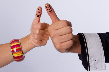 smiley pouce: bout des doigts avec des visages souriants