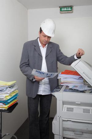 fotocopiadora: Hombre cerca de la fotocopiadora
