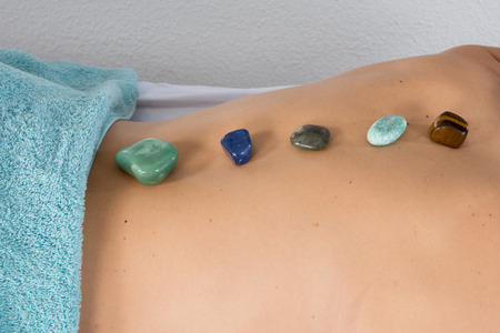 color healing: massage with crystals lithoth�rapie