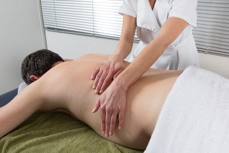massage homme: Un massage tha�landais traditionnel par le th�rapeute