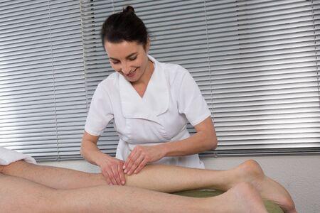 massage jambe: Man obtenir un massage des jambes