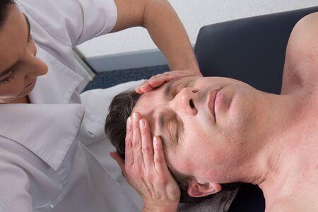 akupressur: Ein Therapeut mit Akupressur, um einen Mann zu heilen Lizenzfreie Bilder