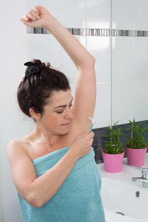 axila: Mujer axila de afeitar en el ba�o