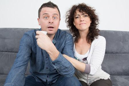 pareja viendo tv: Una pareja viendo la televisi�n en el sof� en casa en el sal�n