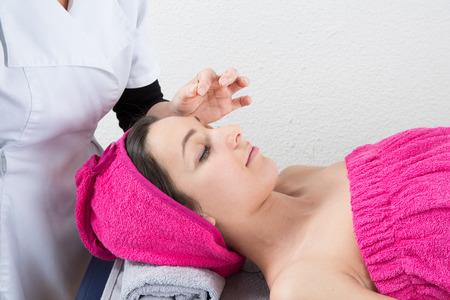 acupuntura china: Agujas de acupuntura en la cabeza de una mujer joven