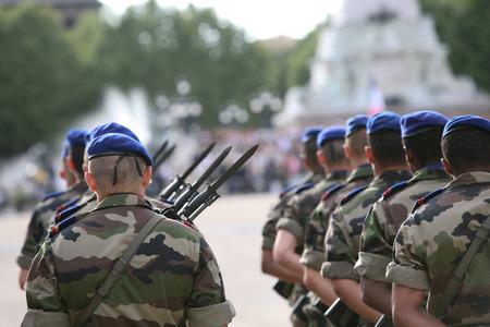 soldado: Un soldado del ej�rcito marchando franc�s