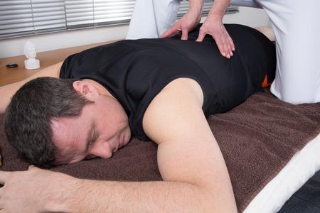 Homme et femme effectuant retour massage shiatsu Banque d'images - 37137655