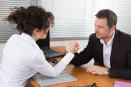 businesspartners: Negocios pareja pulseada en la oficina