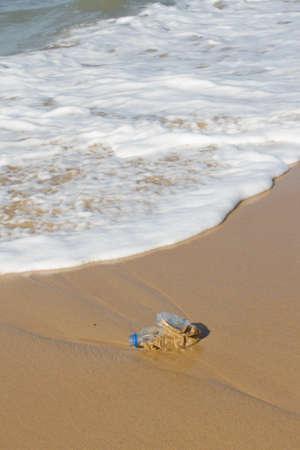 botar basura: Una botella de pl�stico azul que cubr�an una playa - la contaminaci�n