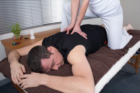 Homme et femme effectuant retour massage shiatsu Banque d'images - 37551228
