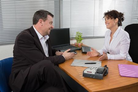 Sollicitatiegesprek of vergadering situatie: business man en vrouw Stockfoto