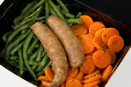 cuisine fran�aise: Assiette de charcuterie avec des l�gumes alimentaires fran�ais