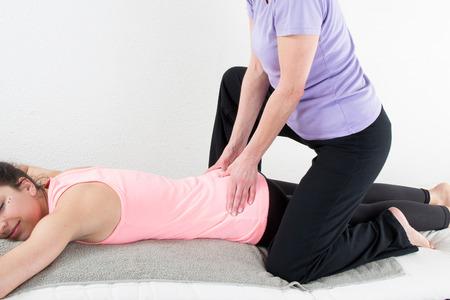 Belle femme jouissant de massage et le corps de traitement isolé sur blanc Banque d'images - 38056018