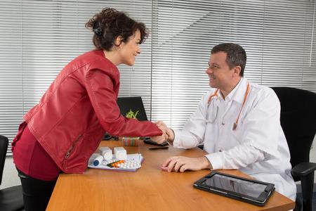 visitador medico: Médico recibir una mujer Pharmaceutical Sales Representative Foto de archivo