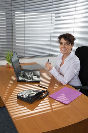 mujeres elegantes: Un elegante Las mujeres que trabajan en la oficina