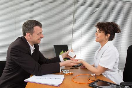 visitador medico: Hombre de negocios con hembra doctor en su oficina Foto de archivo