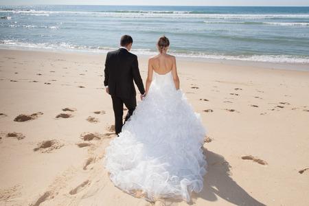 Beau couple sur la plage en robe de mariée Banque d'images - 38309084
