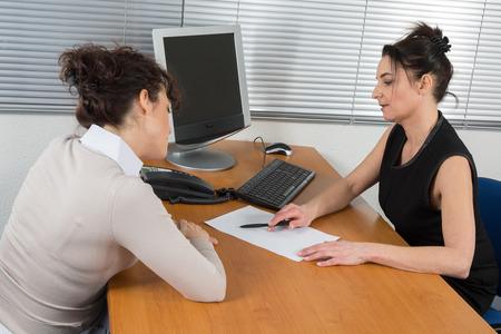 Vrouwelijke ondernemers zit op kantoor
