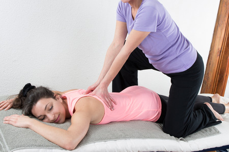 Belle femme jouissant de massage et corps traitement isolé sur blanc Banque d'images - 38702190